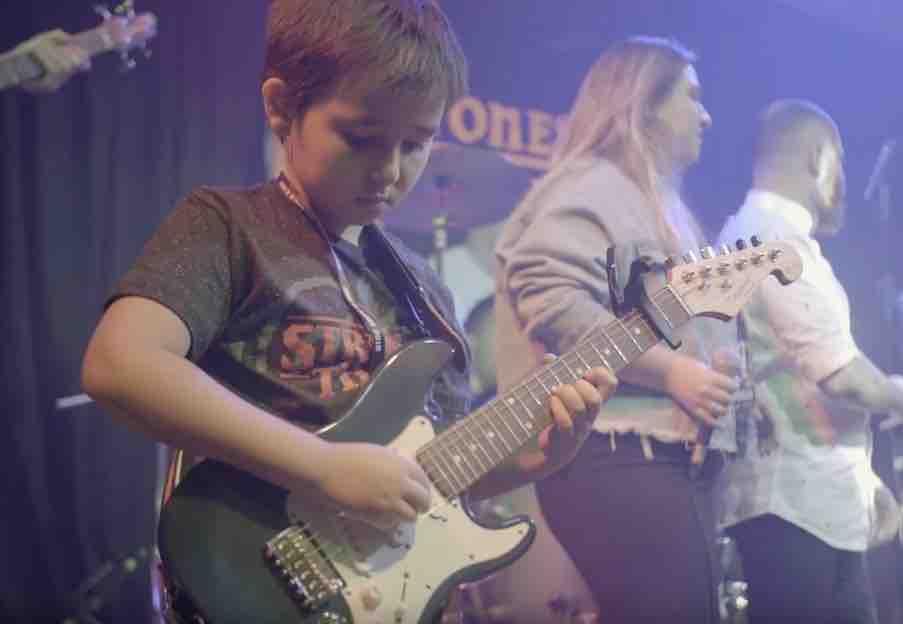 aula de guitarra para crianças